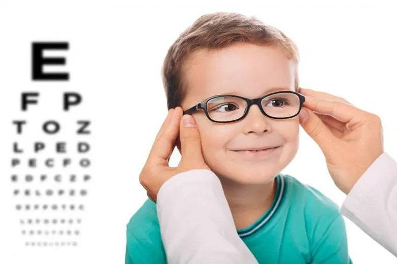 În vizită la medicul oftalmolog